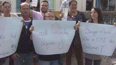 Moradores reclamam de falta de água em Guarujá - Manifestantes realizaram ato em frente da porta da Sabesp