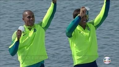 Isaquias Queiroz e Erlon de Souza recebem a medalha de prata na Rio 2016 - Isaquias Queiroz e Erlon de Souza recebem a medalha de prata na Rio 2016