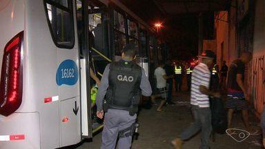 PM faz abordagem a ônibus na Grande Vitória e revista passageiros no ES - Objetivo é inibir crimes nos coletivos e deter suspeitos. Operação começou na noite desta sexta-feira (19), em Vila Velha e Serra.