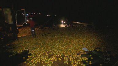 Acidente entre duas carretas com laranja congestiona SP-310 - Colisão e tombamento de veículo foram perto do trevo do bairro Tangará.