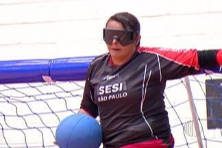 Atletas encontram superação no goalball - O objetivo do esporte é arremessar uma bola com as mãos no gol do adversário. Os jogadores usam vendas nos olhos e a percepção é pelo tato e audição.