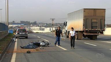 Motociclista morre ao colidir contra grade de proteção na BR-153, em Aparecida - Vítima estava sozinha no veículo e morreu ainda no local, segundo a PRF.