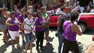 Mulheres fazem protesto em Caruaru pela volta da presidente afastada, Dilma Rousseff - Grupo seguiu do Marco Zero da cidade para a Feira de Artesanato.