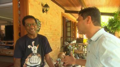 Luís Miranda recebe equipe da Tv Bahia em casa, para falar sobre projetos da carreira - O ator baiano está em cartaz na capital baiana com a peça '7 Conto', além de participar de dois programas da Rede Globo: Zorra e Mister Brown.