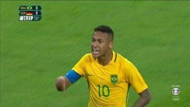 Gol do Brasil! Neymar bate falta e abre o placar, aos 26 do 1º tempo - Gol do Brasil! Neymar bate falta e abre o placar, aos 26 do 1º tempo