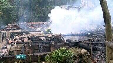 Incêndio destrói o restaurante Casa da Bica em Marechal Floriano, ES - Fogo começou na madrugada desta segunda-feira (22).Vídeo mostra a ação do Corpo de Bombeiros no local.