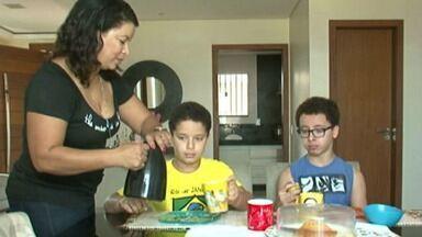 Médicos alertam para má alimentação e aumento da obesidade - Estudo do Ministério da Saúde apontou que quase seis em cada dez estudantes, com idade entre 12 e 17 anos, consomem muito açúcar e salgados.