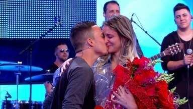 Vitor Hugo pede a namorada em casamento no palco do Caldeirão - Gusttavo Lima embala o pedido com a música preferida do casal