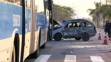 Mulher morre em acidente entre carro e ônibus do BRT na Barra - O acidente foi na tarde de domingo (28), no corredor Transoeste, na altura da estação Barra Sul. A mulher estava voltando da praia com namorado e filhos. As crianças tiveram apenas ferimentos leves.