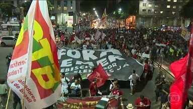 Manifestantes protestam contra impeachment em algumas cidades - Houve protestos contra o afastamento de Dilma Rousseff em São Paulo, Rio de Janeiro, Brasília e Recife.