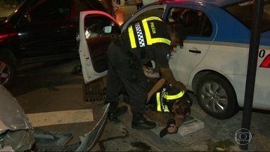 Carro da PM se envolve em acidente no Jardim Botânico - Um carro avançou o sinal, bateu em outro carro e acabou atingindo a viatura da PM que estava estacionada na esquina da Rua Lopes Quintas.