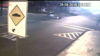 Duas pessoas ficaram feridas após acidente entre motos em Sertãozinho, SP - Um dos motociclistas não respeitou o sinal de pare e caiu da moto.