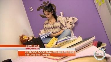 Estudantes optam por estudar em casa para vestibulares - São menos gastos com apostilas, cursinho e transporte.