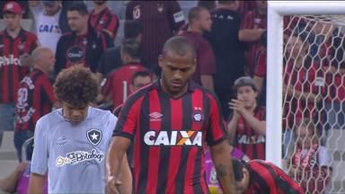 """Atlético-PR volta a vencer com """"artilheiro"""" Hernani - Volante marca o quarto gol no Brasileirão e encerra jejum rubro-negro, que passou pelo Botafogo e voltou a subir na classificação do campeonato"""