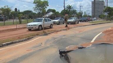 Rompimento em tubulação interdita avenida na Zona Oeste de Manaus - Tubulação rompeu por volta das 13h desta terça-feira (30).