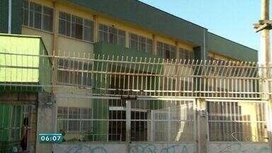 Mães temem desabamento em escola municipal da Serra, ES - Elas alegam que estrutura tem rachaduras e que salas foram interditadas.Prefeitura disse que Defesa Civil vistoriou imóvel e aulas estão mantidas