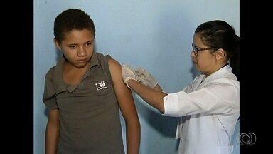 Agentes de saúde intensificam vacinação contra febre amarela na zona rural de Catalão - Equipes estão indo em todas as fazendas do município para fazer a imunização dos moradores.