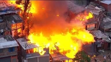 Incêndio atinge favela em São Paulo - Dez viaturas do Corpo de Bombeiros foram deslocadas para combater as chamas numa favela na Vila Brasilândia, Zona Norte da Capital.