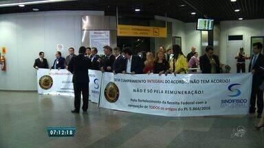 Auditores da Receita Federal realizam protesto no Aeroporto de Fortaleza - Voo de Lisboa passou por operação padrão no Pinto Martins.