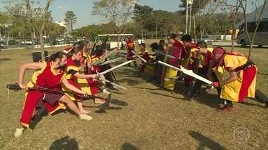 Conheça o Swordplay, esporte que imita uma luta medieval - Grupo se reúne todo domingo em São Paulo para se divertir e se exercitar interpretando guerreiros medievais