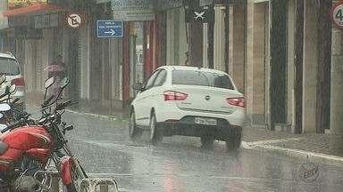 Tempo muda na região e chuva anima moradores de Araraquara - Quem sofre com doenças respiratórias, gostou da mudança do clima.