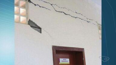 Escola tem aulas suspensas após interdição da Defesa Civil, na Serra - Laudo técnico sobre a estrutura vai ser emitido na tarde desta quarta (31).Pais reclamam que o alunos correm riscos desde a inauguração, em 2011.