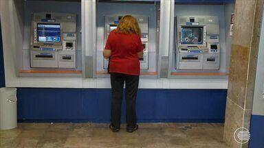 Recorrer aos cartões de crédito para pagar dívidas pode gerar débitos maiores - Recorrer aos cartões de crédito para pagar dívidas pode gerar débitos maiores