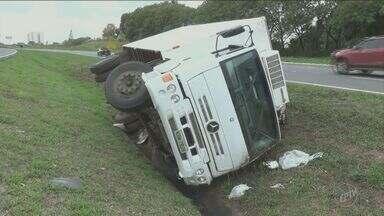 Caminhão tomba na Rodovia Luiz de Queiróz, em Piracicaba, SP - Veículo caiu no canteiro central. Motorista afirma que perdeu o controle da direção.