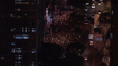 Protesto contra impeachment de Dilma Rousseff reúne centenas de pessoas em Belo Horizonte - O grupo se reuniu no monumento a Rômulo Paes, na Praça Afonso Arinos, no centro da capital. Eles gritam palavras de ordem e chamam o presidente Michel Temer de golpista.