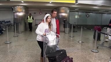 Brasileira que ficou detida pela imigração dos EUA já está em casa - A adolescente brasileira foi barrada nos Estados Unidos e ficou detida por 21 dias. As autoridades americanas alegaram que ela é menor de idade e estava desacompanhada.