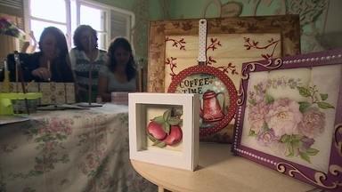 Artesã conta como começou por acaso seu empreendimento - A empresária que começou a fazer artesanato para complementar a renda, hoje emprega oito pessoas.