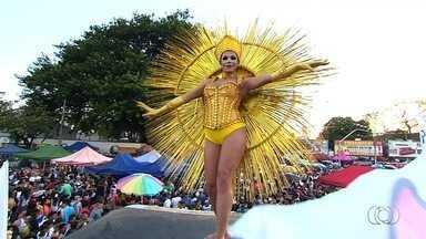 Parada do Orgulho LGBT pede fim da violência contra o grupo, em Goiânia - Durante o evento, participantes puderam fazer teste rápido para identificar HIV.