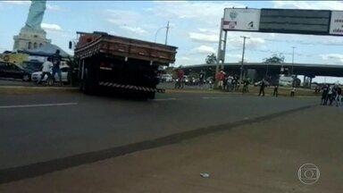 Caminhoneiro bêbado atropela cinco pessoas em Goiás - Após seguir desgovernado pela avenida, o caminhão subiu o canteiro e invadiu a pista contrária. Apesar do susto, ninguém ficou ferido com gravidade. O motorista foi preso em flagrante depois de fazer o teste do bafômetro.