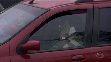 Motoristas brasileiros admitem várias infrações mas não se acham imprudentes - Mais da metade dos entrevistados admitiu usar o celular ao volante e 48,7% disseram não respeitar os limites de velocidade. Os jovens são os que mais se arriscam.