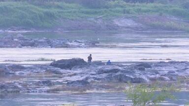 Praias no rio Mamoré atraem turistas, em Guajará-Mirim - Período de estiagem deixa as pedras do rio visíveis e turistas aproveitam para tomar banho.