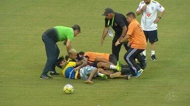 Torcedores invadem treino do Brasil em Manaus, e Neymar é derrubado - Dezenas de pessoas entraram no gramado nos minutos finais da atividade aberta ao publico e causaram tumulto. Segurança só foi reforçada após o episódio
