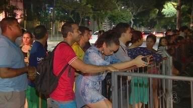Torcedores 'acampam' no hotel onde está a seleção brasileira, em Manaus - Torcedores sonham em conhecer os jogadores.