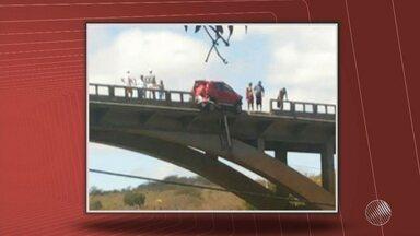 Susto: carro fica pendurado em ponte no sudoeste do estado - O acidente foi na BR-116, em um acidente com mais de três caminhões.