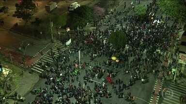Protesto contra o governo Temer toma as ruas de duas capitais da região sul - Em Porto Alegre, os manifestantes saíram em caminhada contra o impeachment de Dilma Rousseff. Em Curitiba, a manifestação percorreu a região central da cidade pedindo a saída do presidente Temer.