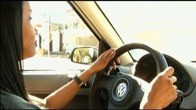 Autoescolas oferecem aulas específicas para quem tem medo de dirigir, em Goiânia - Professores contam que muitas pessoas, mesmo habilitadas, não dirigem por causa do medo.