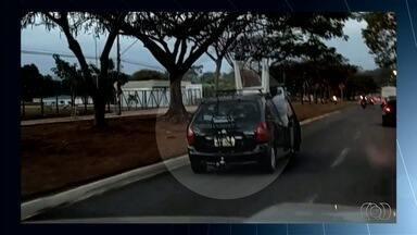 Motoristas são flagrados ao cometer imprudências no trânsito, em Goiás - Em um dos casos, o condutor transporta uma mesa em cima de um carro.