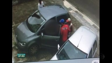 Roubo de carro em Boa Viagem é registrado por câmera de segurança de prédio - Imagens mostram o momento em que três homens abordam a vítima na Rua Antônio Falcão e levam o veículo dela.