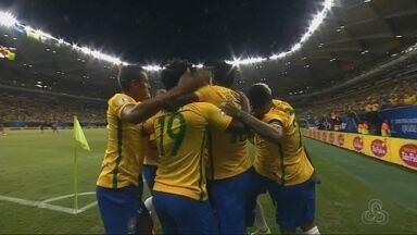 Torcedores fazem festa durante Brasil x Colômbia em Manaus - Partida terminou às 22h45, e a seleção brasileira venceu por 2 a 1.