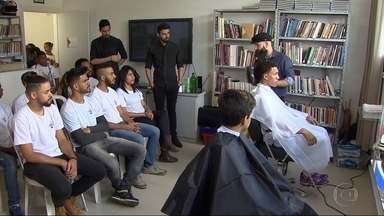 Jovens do Aglomerado da Serra participam de curso de barbearia no Espaço Criança Esperança - É uma oportunidade para aprender uma profissão e se destacar no mercado de trabalho.