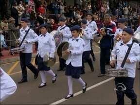 Desfile cívico reúne milhares de pessoas em Passo Fundo, RS - Programação de 7 de setembro contou com escolas, entidades e instituições civis e militares