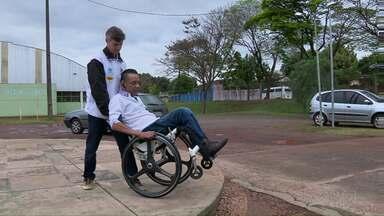 Saiba como ajudar um cadeirante a passar por algum obstáculo na rua - Veja as dicas sobre como oferecer ajuda a uma pessoa com deficiência.