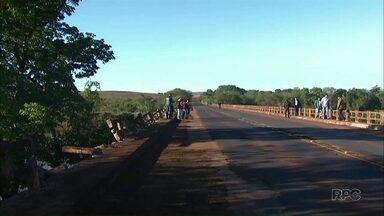 Bombeiros encontram corpo e carro que caíram no rio Piquiri - O acidente foi na ponte entre Brasilândia do Sul e Assis Chateaubriand.