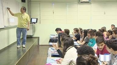 Estudantes aproveitam fim de semana para estudar para o Enem - Em São José os cursinhos têm salas lotadas nas manhãs de sábados.