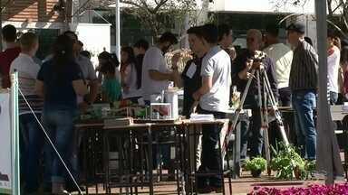 Mostra de profissões é realizada em Umuarama - O evento esta sendo na praça Miguel Rossafa.