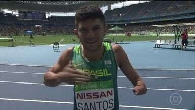 Atletismo tem quebra de recorde mundial no Engenhão - Petrucio dos Santos, de 19 anos, quebrou recorde na prova de 100 metros rasos, classe T-47.
